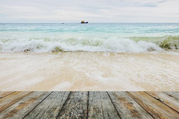 Holzfußboden auf wellen am strand