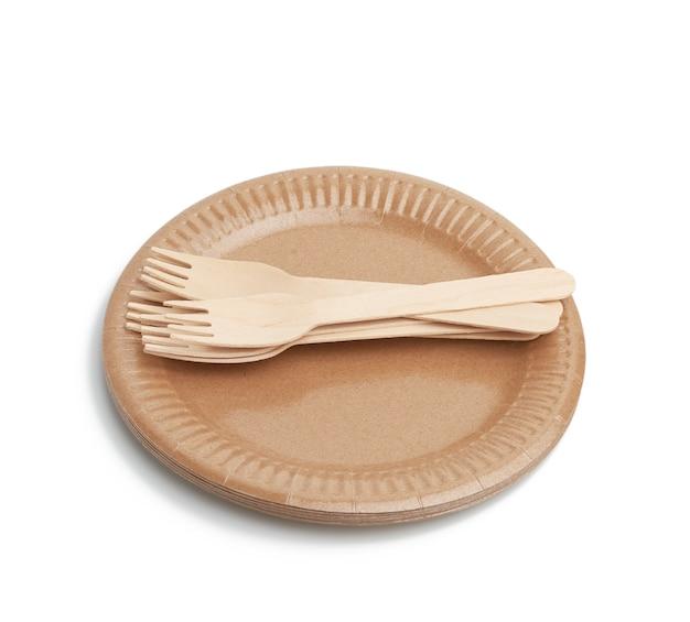 Holzgabel und leere runde braune einwegplatte isoliert