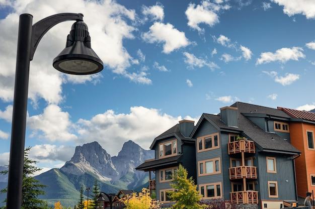 Holzgebäude mit felsigen bergen und straßenlaterne in der innenstadt von canmore, kanada