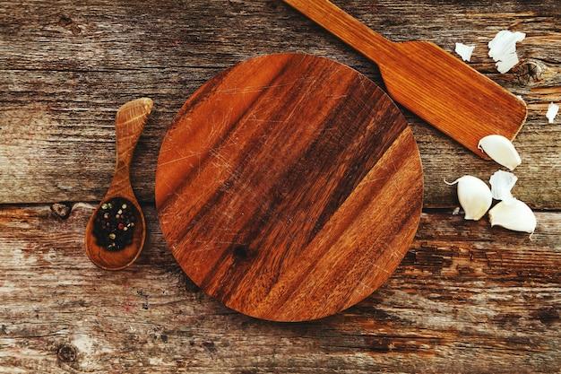 Holzgeräte auf küchentheke mit gewürzen