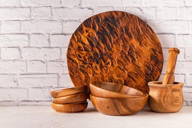 Holzgeschirr auf einem weißen tisch