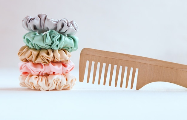 Holzhaarbürste und viele bunte seidenhaargummis elastische haarbänder bommel sport haarband sports