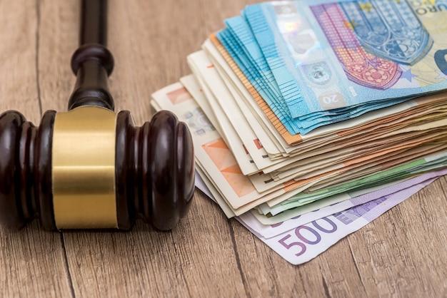 Holzhammer auf euro-banknoten hautnah