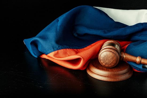 Holzhammer und russische flagge