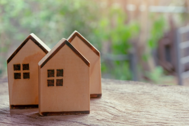 Holzhaus auf holztisch. finanzkonzept für immobilieninvestitionen und hypotheken. speicherplatz kopieren