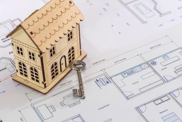 Holzhaus auf projekt mit echtem schlüssel, nahaufnahme