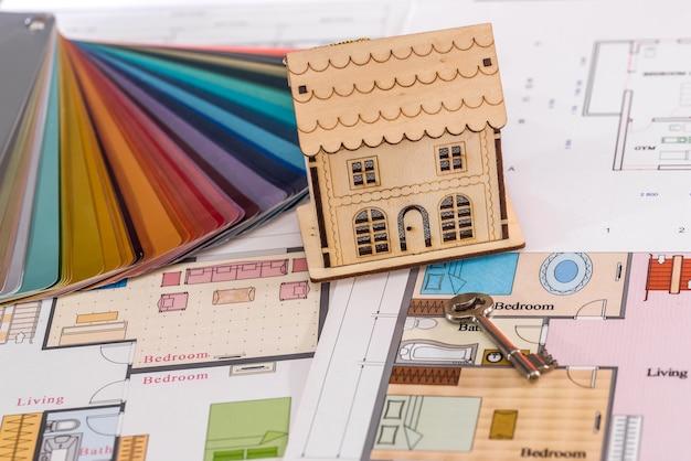 Holzhaus auf projekt mit echtem schlüssel