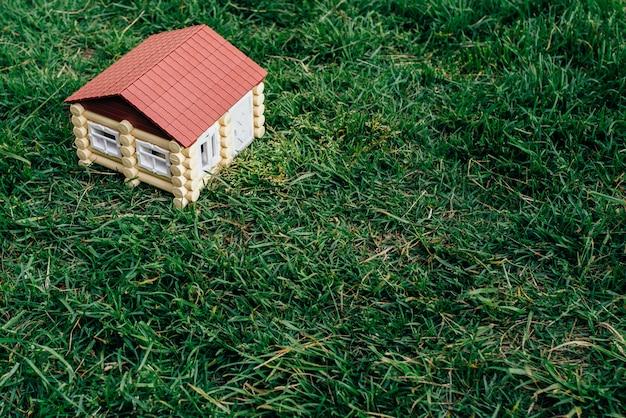 Holzhaus aus einem baumstamm gegen ein gras