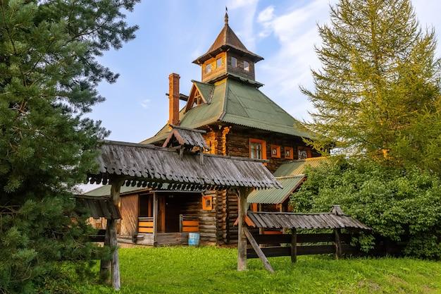 Holzhaus ein beispiel für alte russische architektur das dorf svyatogorovo russia