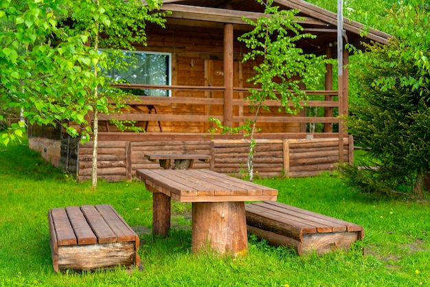 Holzhaus im wald. individueller bau von hütten.