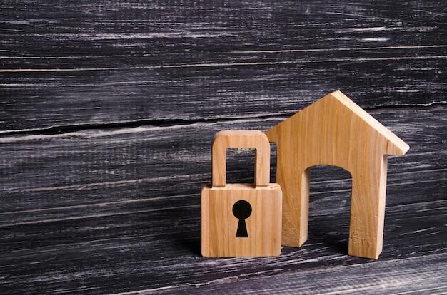 Holzhaus mit einem vorhängeschloss. haus mit einer sperre. sicherheit und sicherheiten