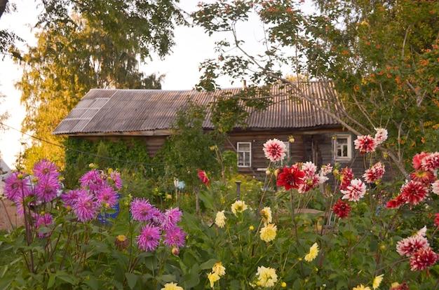 Holzhaus mit geschnitzten fenstern in vologda russland. russischer stil in der architektur. rustikales russisches haus mit garten