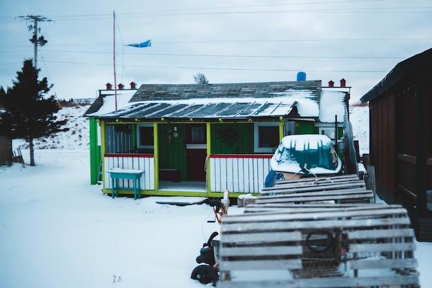 Holzhaus mit schnee bedeckt