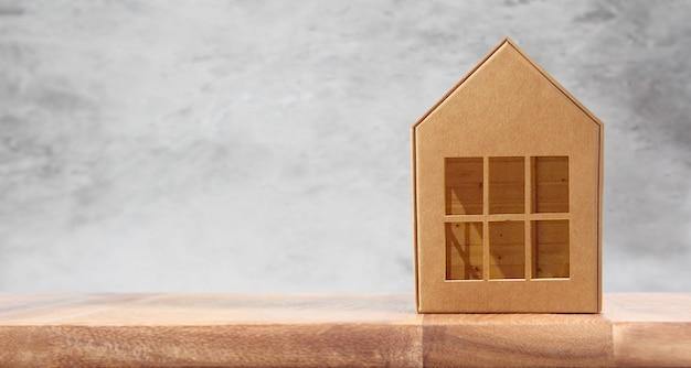 Holzhaus-modell auf hölzernem