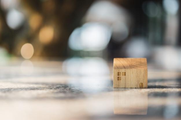 Holzhaus modell auf holz hintergrund,