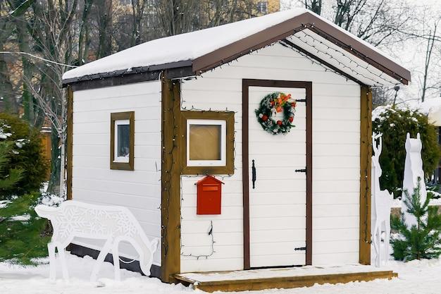 Holzhaus santa claus künstliche struktur mit postbriefkasten incity park weihnachten weihnachten neues ja