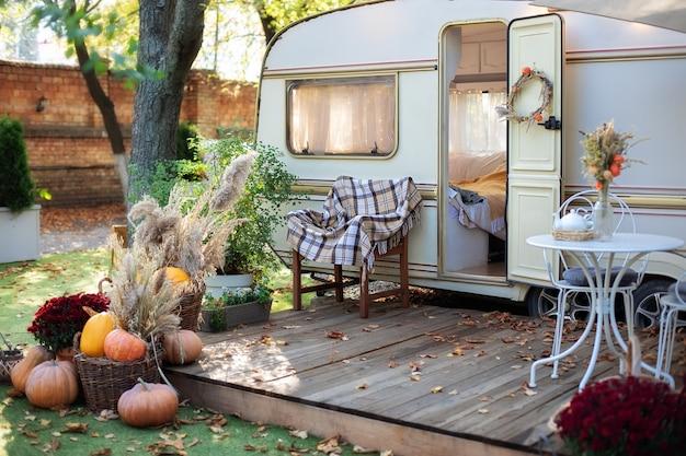 Holzhaus veranda mit gartenmöbeln