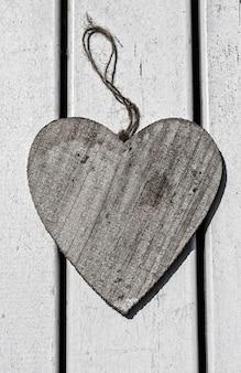 Holzherz in einem holztisch valentinstag tapete