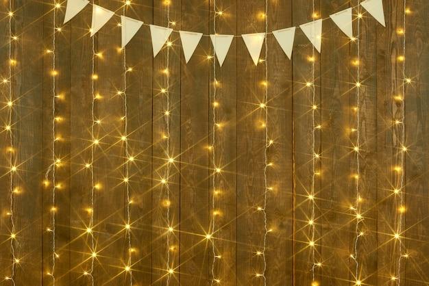Holzhintergrund mit abstrakten feiertagslichtern der lichter und fahnen