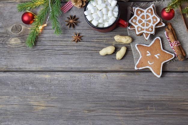 Holzhintergrund mit einem weihnachtszweig von kaffee und keksen.