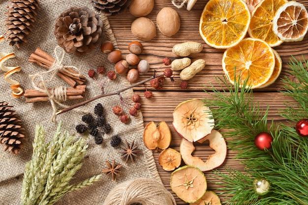 Holzhintergrund mit verschiedenen natürlichen materialien für ökodesign.