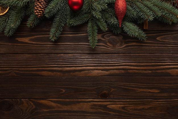 Holzhintergrund verziert mit neujahrsdekor.