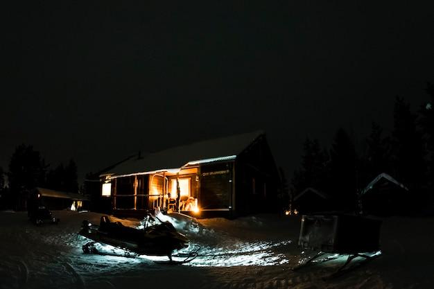 Holzhütte im schnee nachts