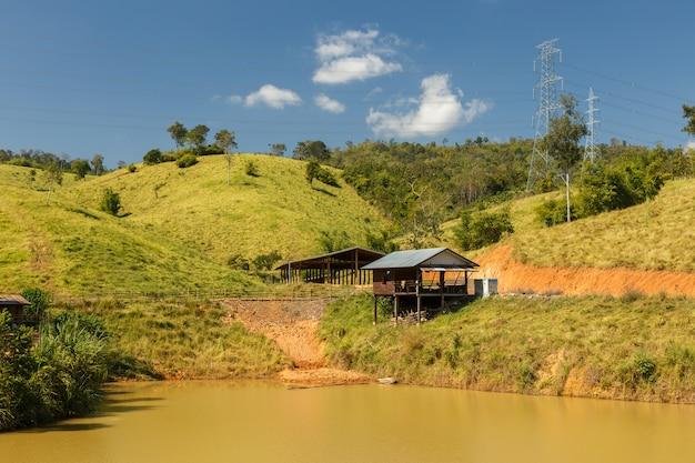 Holzhütte in der nähe des teiches, bauernhütte, laos