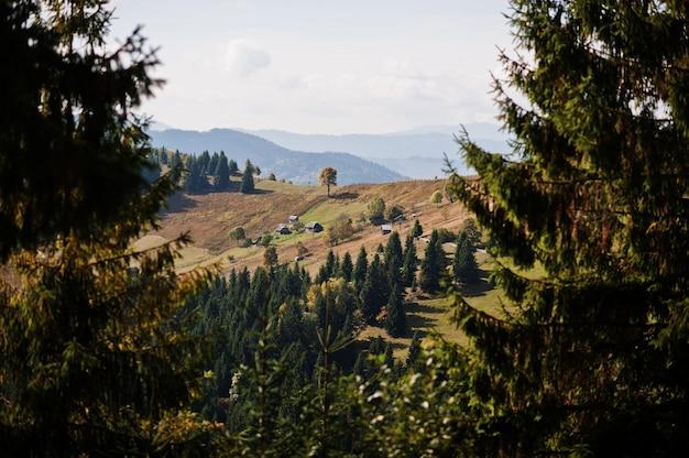 Holzhütten im tal. herbstsaison in den bergen. karpaten, ukraine.