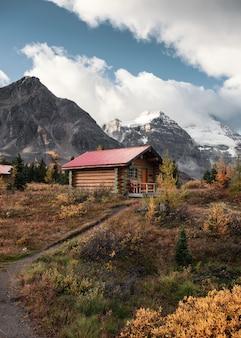 Holzhütten mit rocky mountains im herbstwald im assiniboine-provinzpark