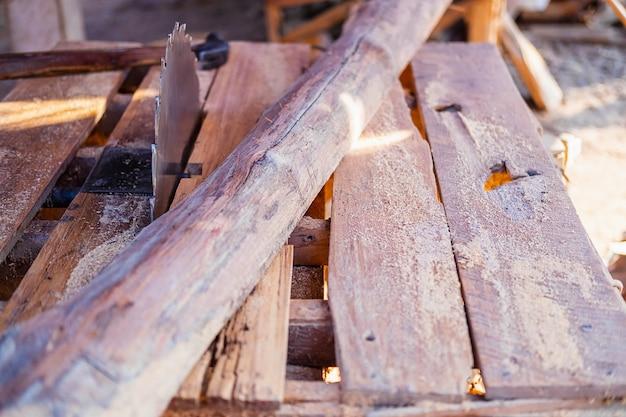 Holzindustrie mit sägeblatt und holz