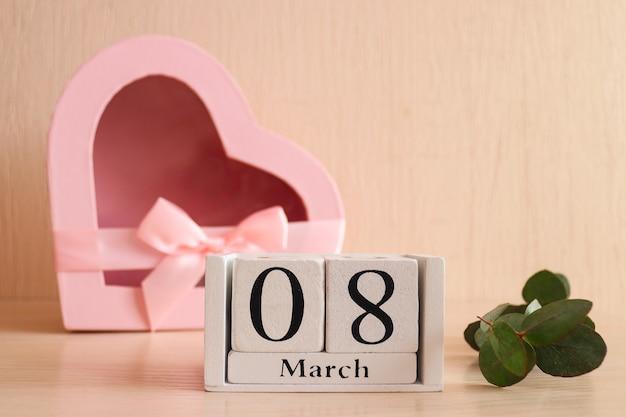 Holzkalender märz und herzförmige geschenkbox nahaufnahme