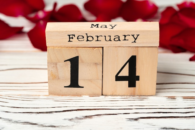 Holzkalender mit datum 14. februar