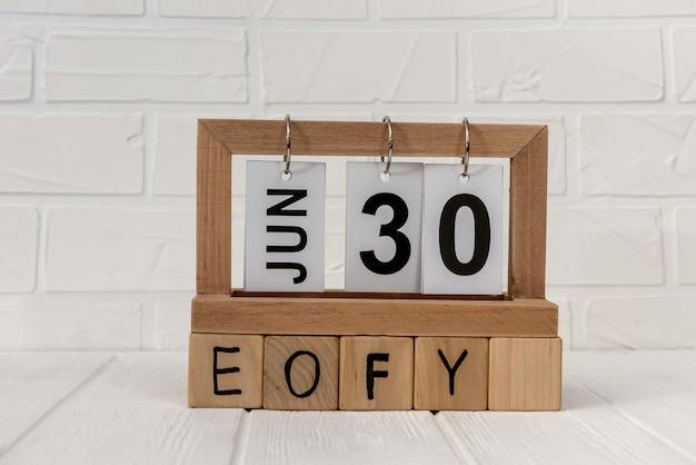 Holzkalender mit würfeln und wort eofy
