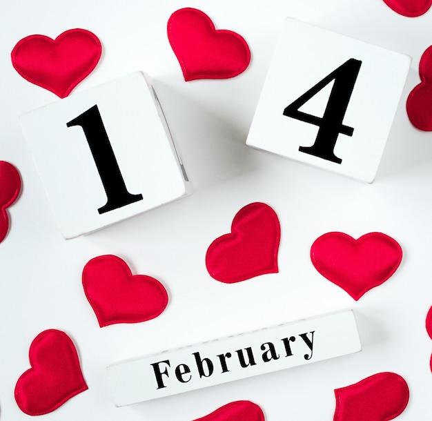 Holzkalendershow vom 14. februar mit roten herzen. konzept valentinstag.