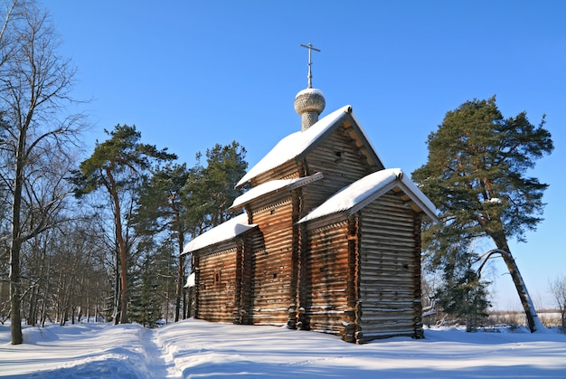 Holzkapelle im winter holz