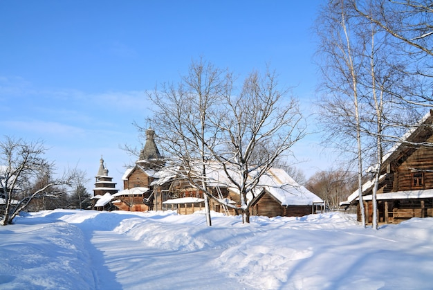 Holzkapelle im winterdorf