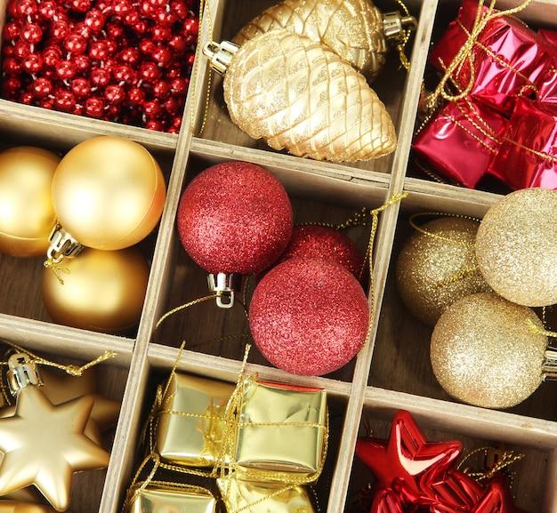 Holzkiste gefüllt mit weihnachtsschmuck, isoliert auf weiß
