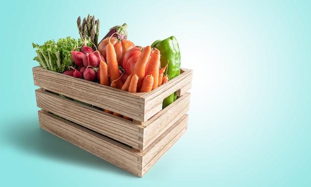 Holzkiste mit frischem gemüse isoliert