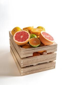 Holzkiste mit frischen saisonalen früchten isoliert