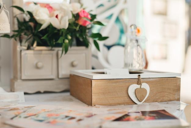Holzkiste mit herzen im dekor einer hochzeit oder eines hauses im rustikalen stil
