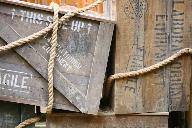 Holzkiste mit text darauf und seilen um sie herum