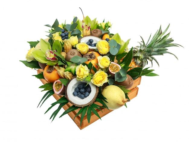 Holzkiste mit vielen exotischen früchten und blumen lokalisiert als geschenk