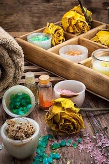 Holzkiste mit zubehör für spa-behandlungen