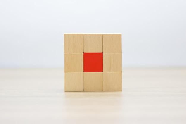 Holzklötze in rechteckigen formen ohne grafiken gestapelt.