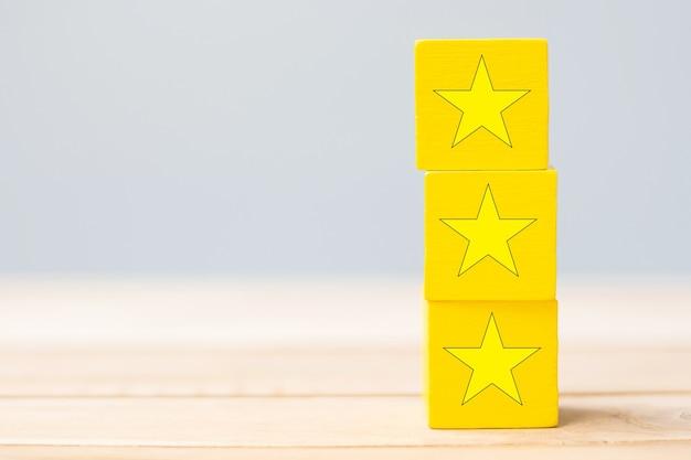 Holzklötze mit dem sternsymbol. kundenrezensionen, feedback, bewertung, ranking und servicekonzept.