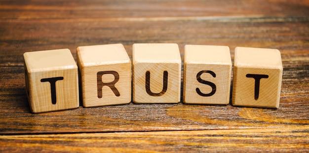 Holzklötze mit dem wort vertrauen.