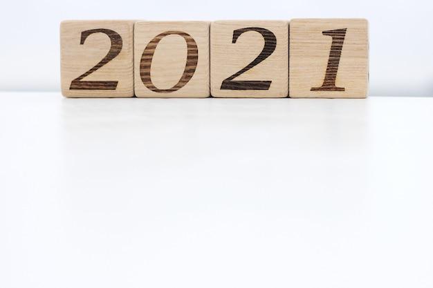Holzklötze mit den nummern 2021 liegen auf einer weißen fläche