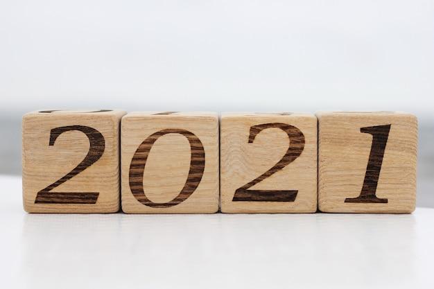 Holzklötze mit den nummern 2021 liegen im freien