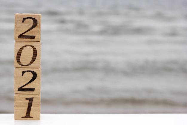 Holzklötze mit den nummern 2021 stehen übereinander